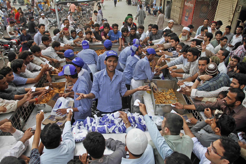 Musulmi a kasar Pakistan, bayan sayen kayan abincin da za su yi buda baki dasu a cikin azumin watan Ramadan.