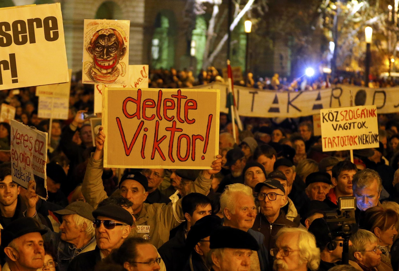 Manifestation anti-Orban devant le parlement hongrois à Budapest, le 17 novembre 2014.