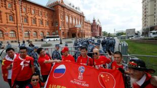 2018年6月13日,来自中国的球迷在莫斯科街头留影。