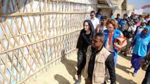 អ្នកស្រី Angelina Jolie នៅឯជំរុំជនភៀសខ្លួនរ៉ូហ៊ីងយ៉ា ក្នុងទីក្រុង Cox's Bazar ប្រទេសបង់ក្លាដែស នាថ្ងៃទី ៥ កុម្ភៈ ឆ្នាំ២០១៩។
