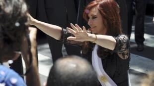 Cristina de Kirchner saludó a sus partidarios tras su inestidura para un segundo mandato.
