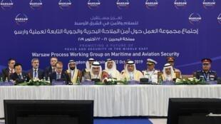 وزیر امور خارجه بحرین، شیخ خالد بن احمد آل خلیفه، به همراه نمایندگان سایر کشورهای شرکتکننده در جلسه افتتاحیه کنفرانس صلح و امنیت که در منامه برگزار شد. دوشنبه ۲۹ مهر/ ٢۱ اکتبر ٢٠۱٩