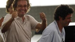 Roque Pascual (G) et Albert Vilalta (D), 2 humanitaires espagnols qui ont été retenus en otage depuis près de neuf mois, arrivée à Barcelone, le 24 août 2010