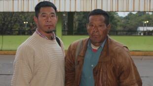Marciano Chevugi et son père Enrique Tekuaregi posent à la gare routière d'Asunción avant de prendre le bus pour aller rencontrer les Aché du Sud du Paraguay.