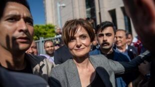 Canan Kaftancioglu quitte le tribunal qui vient de la condamner à près de 10 ans de prison à Istanbul le 6 septembre 2019.
