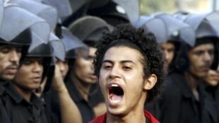 Manifestante em frente à praça Tahir, no Egito.