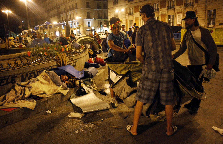 Após quatro semanas de protestos, os manifestantes começam a desmontar o acampamento na capital espanhola.