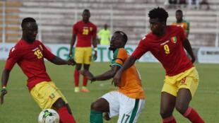 L'Ivoirien Serge Aurier pris en tenaille par les Guinéens Naby Keita (à gauche) et Sadio Diallo.