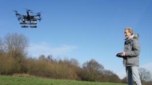 Os drones são guiados à distância por controle remoto.