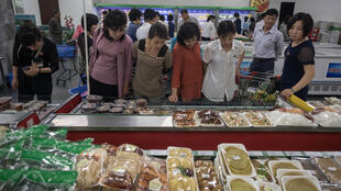 Ảnh chụp ngày 4/06/2017 cho thấy cảnh người mua hàng ở Kwangbok, hay 'Giải phóng', trung tâm thương mại ở Bình Nhưỡng.