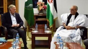 Horst Kohler, envoyé spécial onusien pour le Sahara occidental, s'entretient avec Brahim Ghali, secrétaire général du Polisario, le 19 octobre 2017, au camp de réfugiés sarahouis de Rabouni, en Algérie (illustration).