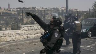 Un soldado israelí lanza una granada a manifestantes palestinos en Jerusalén este, el 4 de julio. REUTERS/Baz Ratner
