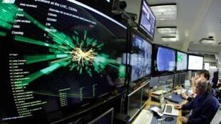 Graphique de la collision à pleine puissance sur un écran de la salle de contrôle du LHC au Cern, près de Genève, le 30 mars 2010.
