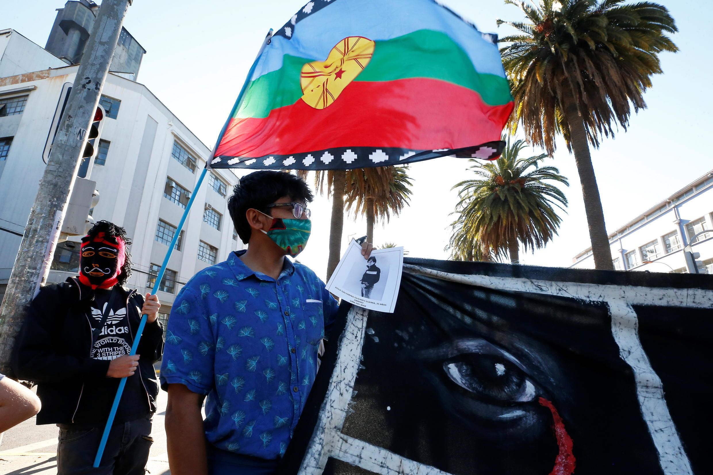 Les Mapuche ont pris part active dans le mouvement de contestation qui a secoué le Chili, où leur drapeau a été arboré à des nombreuses reprises. Ici, lors d'un rassemblement à Valparaiso, le 10 décembre 2020.