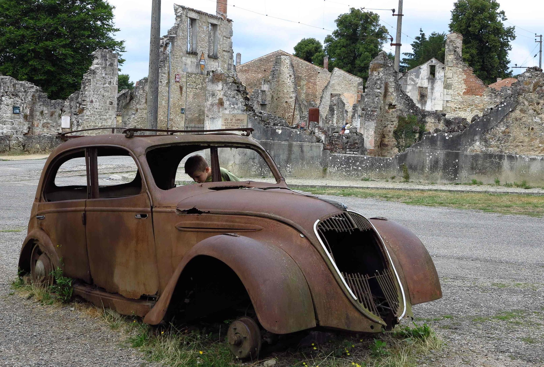 Руины поселка Орадур-сюр-Глан, сохраненные в неприкосновенности в качестве мемориала
