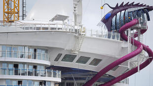 Harmony of the Seas, le plus gros paquebot de croisière du monde, a été remis ce 12 mai 2016 à son propriétaire Royal Caribbean Cruises Ltd (RCCL) par le chantier de construction navale STX à Saint-Nazaire (France).
