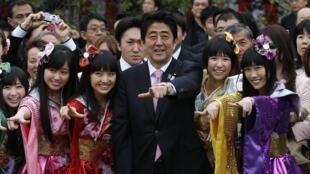Le Premier ministre Shinzo Abe et les membres du groupe Momoiro Clover Z, le 20 avril 2013 à Tokyo.