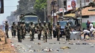 Les manifestants contre le référendum constitutionnel face à l'armée à Conakry, le 22 mars 2020.