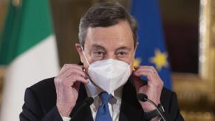 Mario Draghi se quita la mascarilla para dar una rueda de prensa tras reunirse con el presidente de Italia, el 3 de febrero de 2021 en Roma