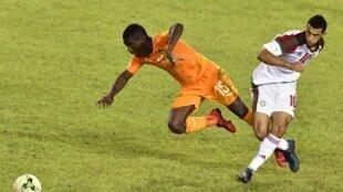 Le Marocain Younès Belhanda et l'Ivoirien Max-Alain Gradel, lors de la victoire du Maroc à Abidjan en novembre 2017, synonyme de qualification des « Lions de l'Atlas » à la Coupe du monde 2018.
