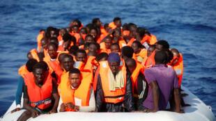 Migrantes durante una operación de rescate en el Mar Mediterráneo
