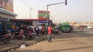 A la gare routière de Bouaké, les riverains ont chassé des militaires volant une voiture. Signe du ras-le-bol des mutineries en Côte d'Ivoire.