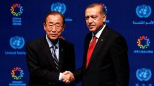 Le secrétaire général de l'ONU Ban Ki-moon et le président turc Erdogan à la clôture du sommet à Istanbul le 24 mai 2016.