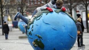 Installation d'une scultpture Planète terre à Copenhague