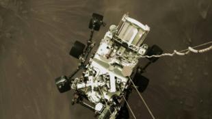 Photo-fournie-par-la-Nasa-du-rover-Perseverance-suspendu-au-dessus-du-sol-pendant-son-atterissage-sur-Mars-le-18-fevrier-2021-972656