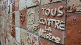 Au Centre international d'ATD Quart Monde, à Méry-sur-Oise, le mur du courage.