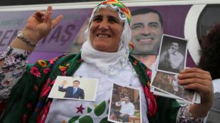 Une femme affiche son soutien pour Selahattin Demirtas, député d'Istanbul et candidat aux élections législatives et à la présidentielle turque, à Istanbul, le 25 mai 2018.