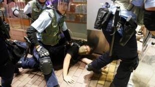 Cảnh sát Hồng Kông bắt người biểu tình phản đối dự luật dẫn độ tại khu du lịch Nathan Road, gần Mongkok, ngày 07/07/2019.