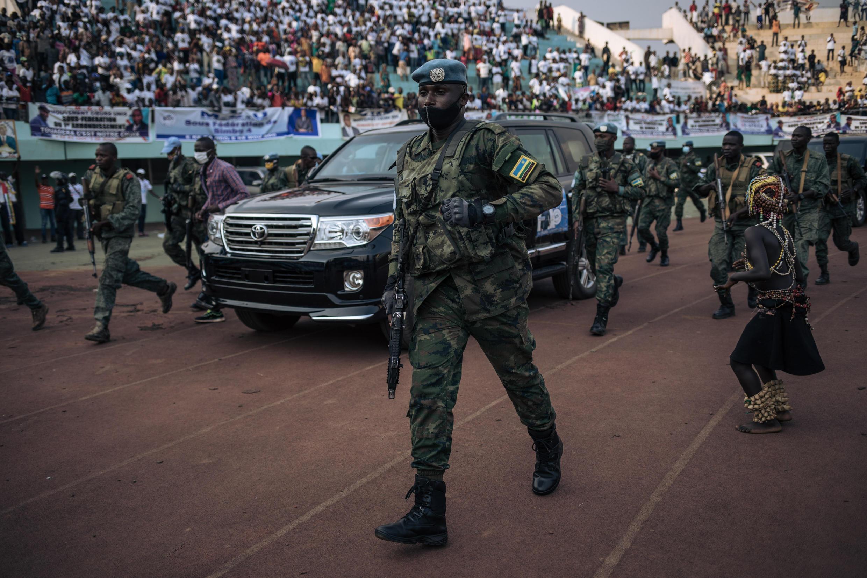 El vehículo del presidente de la República Centroafricana entre en un estadio para un mitin electoral escoltado por la guardia presidencial, mercenarios rusos y soldados ruandeses de la ONU, el 19 de diciembre de 2020 en Bangui