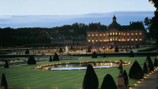 Durante o verão, o castelo de Vaux le Vicomte pode ser visitado de noite: 2000 velas iluminam o castelo, um espetaculo imperdível.