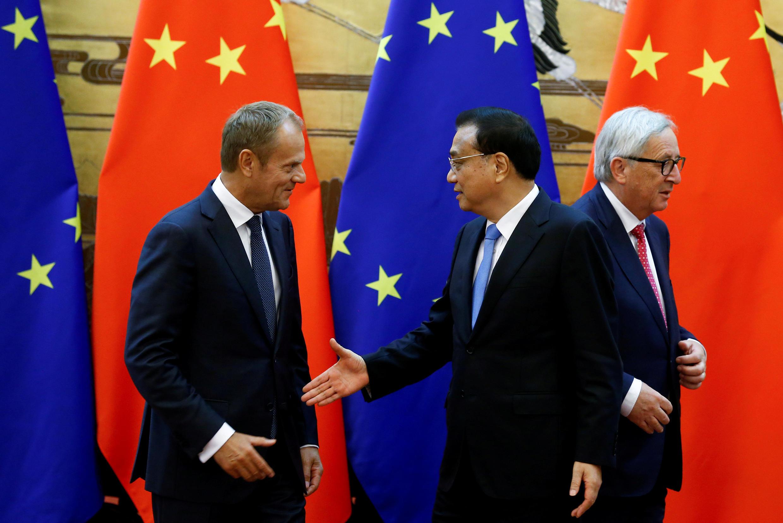Chủ tịch Hội Đồng Châu Âu Donald Tusk (T), thủ tướng Trung Quốc Lý Khắc Cường (G) và chủ tịch Ủy Ban Châu Âu Jean-Claude Juncker (P) tại Đại Lễ đường Nhân dân ở Bắc Kinh, ngày 16/07/2018.