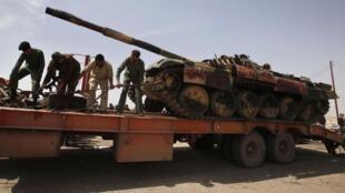Les insurgés ont capturé à Ajdabiya un char de l'armée de Kadhafi, le 27 mars 2011.