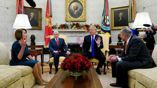 Chủ tịch Hạ Viện Mỹ Nancy Pelosi (T) và lãnh đạo phe thiểu số Dân Chủ tại Thượng Viện Chuck Schumer (P) trong cuộc gặp tổng thống và phó tổng thống Mỹ, Nhà Trắng, Washington, ngày 11/12/2018