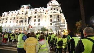Des «gilets jaunes» protestant contre la hausse des prix du carburant et du pétrole se rassemblent devant l'hôtel Negresco sur la promenade des Anglais à Nice, dans le sud-est de la France le 15 novembre 2018.