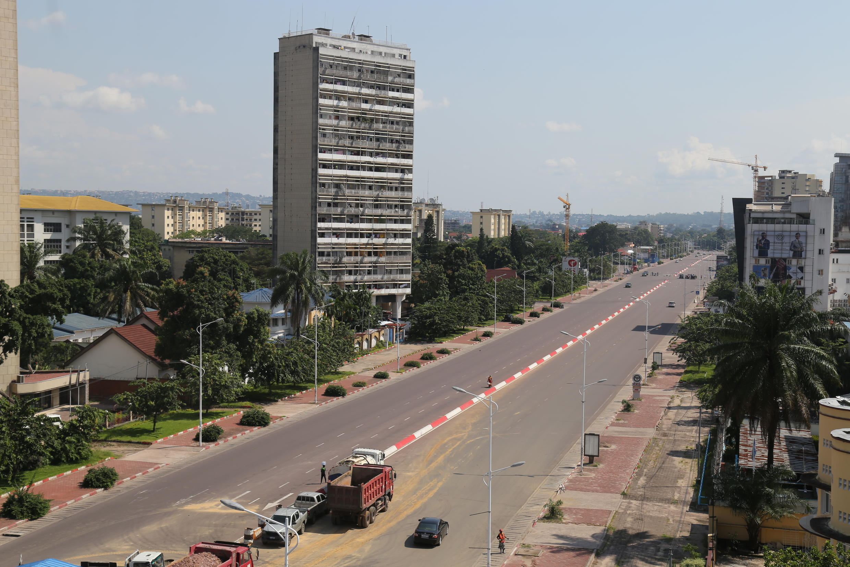 El Bulevar del 30 de Junio de la comuna residencial de Gombe, en Kinshasa, empletamente desierta el 25 de abril de 2020, durante la pandemia de coronavirus