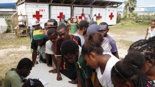 Des Vanuatais s'inscrivent pour recevoir de l'aide au centre de la Croix-Rouge, quelques jours après le passage du cyclone.