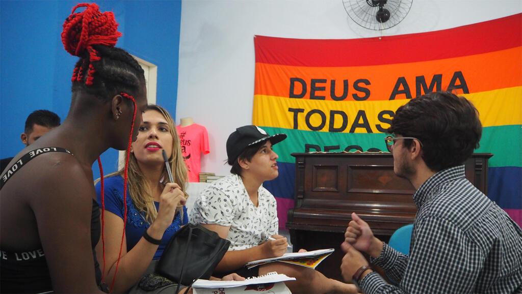 Chaque samedi, une dizaine d'élèves transsexuels participent à des cours d'anglais gratuits dans une église évangélique en plein centre de Rio de Janeiro.