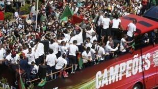 Les joueurs de la Selecçao lors de leur parade triomphale à travers les principales artères de Lisbonne.