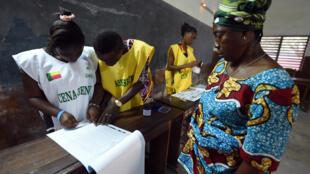 Mesa de voto em Cotonou, capital económica do Benim, a votar nas presidencias  deste domingo, 6 de março de 2016