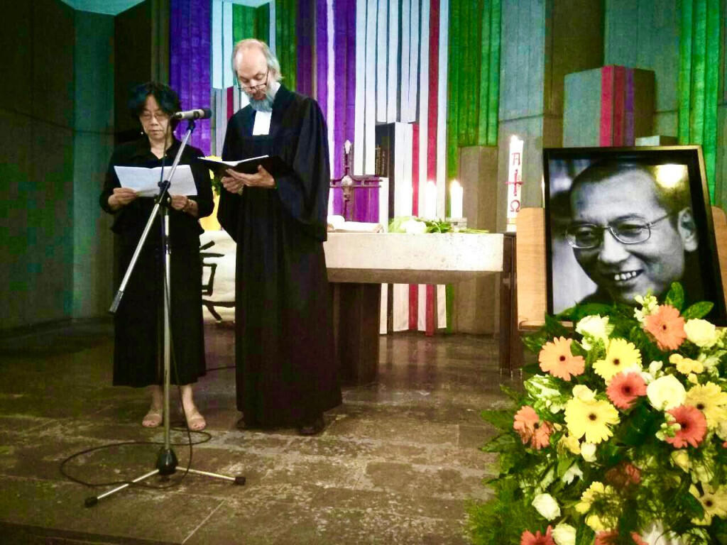德国人权活动家库纳牧师与国际笔会和平委员会副主席廖天琪女士举行刘晓波追思礼拜 2017年德国汤玛士教堂