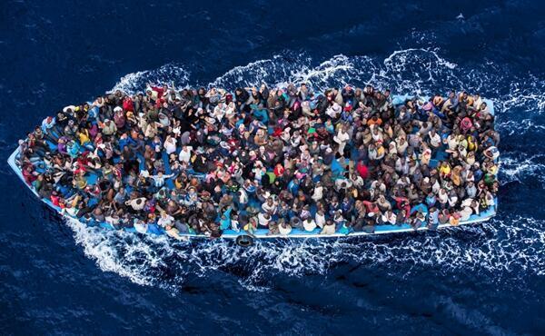 地中海,仅仅48小时,10600偷渡者获救,数十人葬身大海。