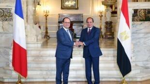 Le président égyptien Abdel Fattah al-Sissi (à droite), lors d'une cérémonie d'accueil de François Hollande au Palais présidentiel d'al-Quba, au Caire, le 17 avril 2016.