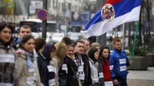 Des manifestants serbes bloquent une rue de Belgrade (Serbie) le 8 avril 2013, pour protester contre le plan européen sur le Kosovo