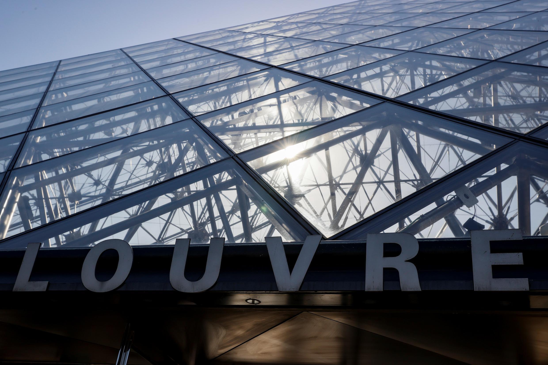 La entrada del museo del Louvre y la pirámide, obra del arquitecto Ieoh Ming Pei, en París, el 24 de junio de 2020