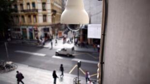 Une des caméra de vidéosurveillance plutôt discrète de la ville de Lyon.