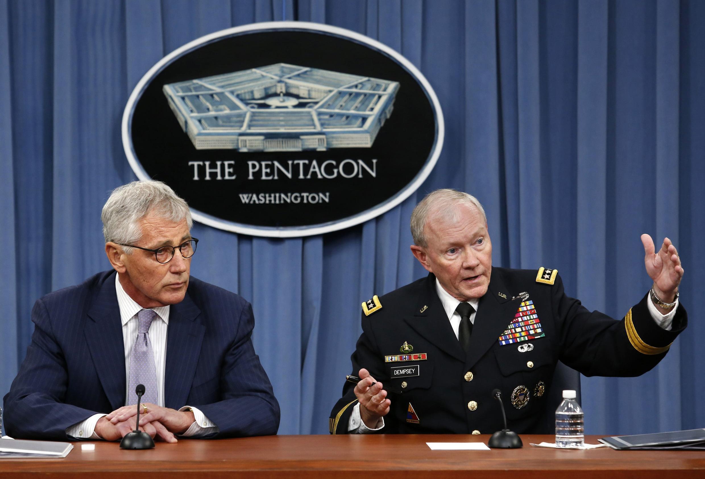 Bộ trưởng Quốc phòng Mỹ Chuck Hagel (T) và Tướng Martin Dempsey, Tổng tham mưu trưởng Liên quân Mỹ họp báo tại Lầu Năm góc ( Washington) ngày 21/08/2014.